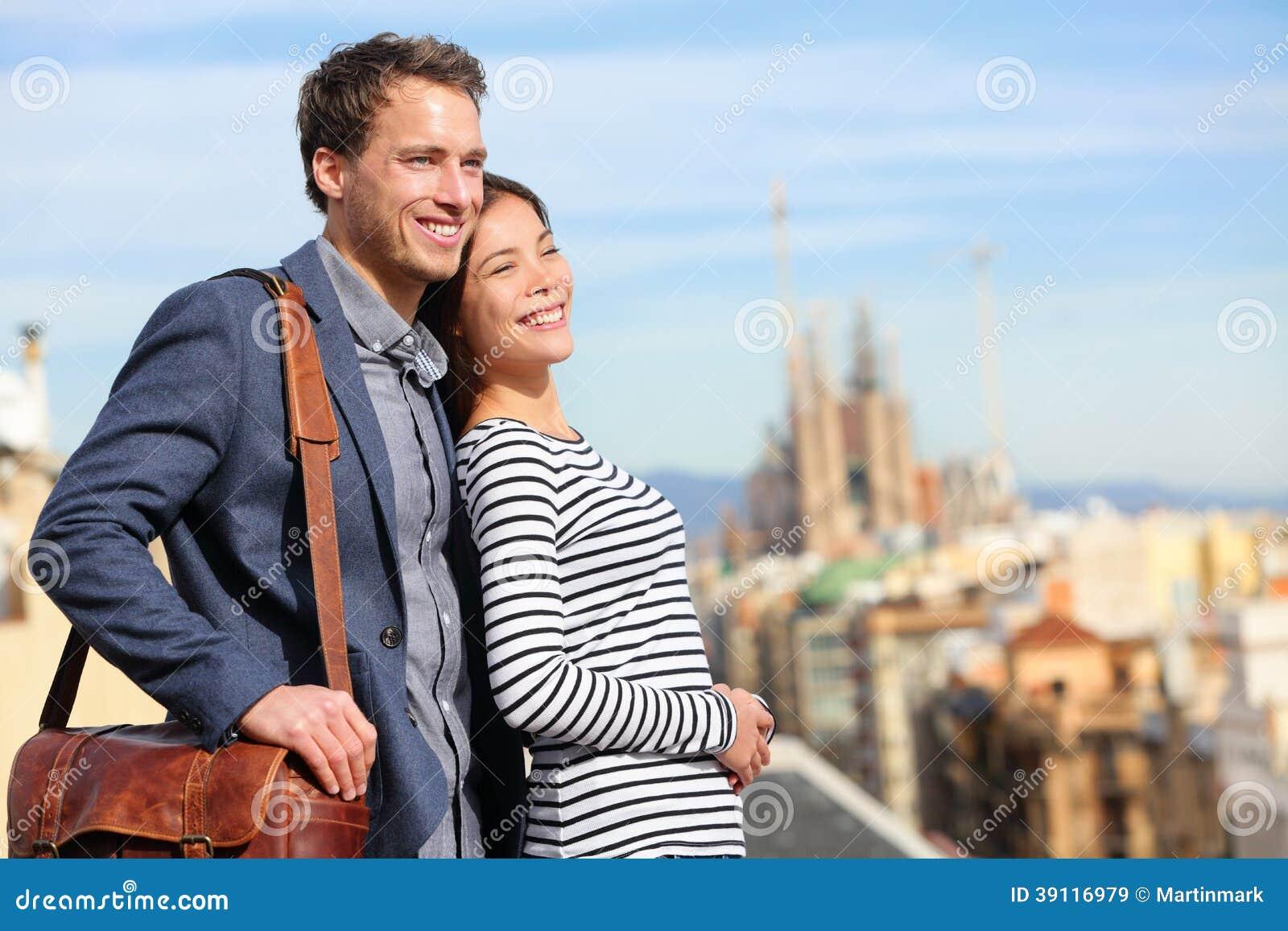Gelukkig romantisch paar die mening van Barcelona bekijken