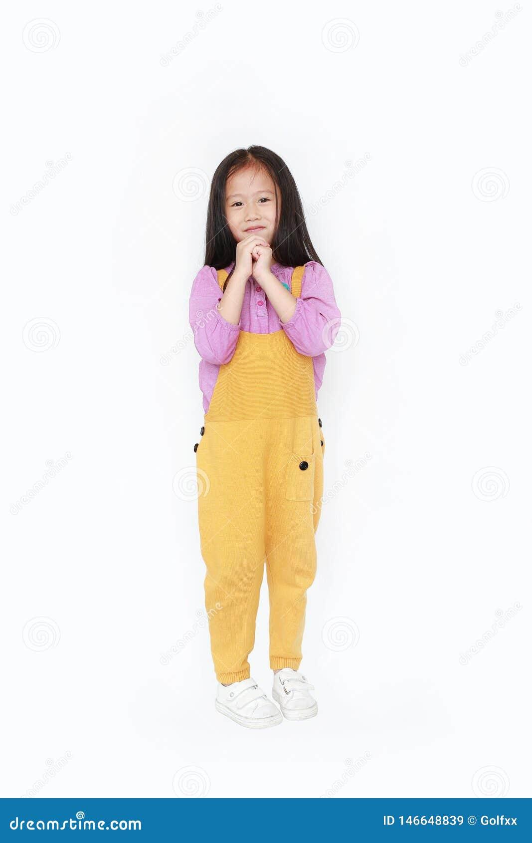 Gelukkig smeekt weinig Aziatisch kindmeisje in de handen van de grove calico suitdrukking geïsoleerd op witte achtergrond af