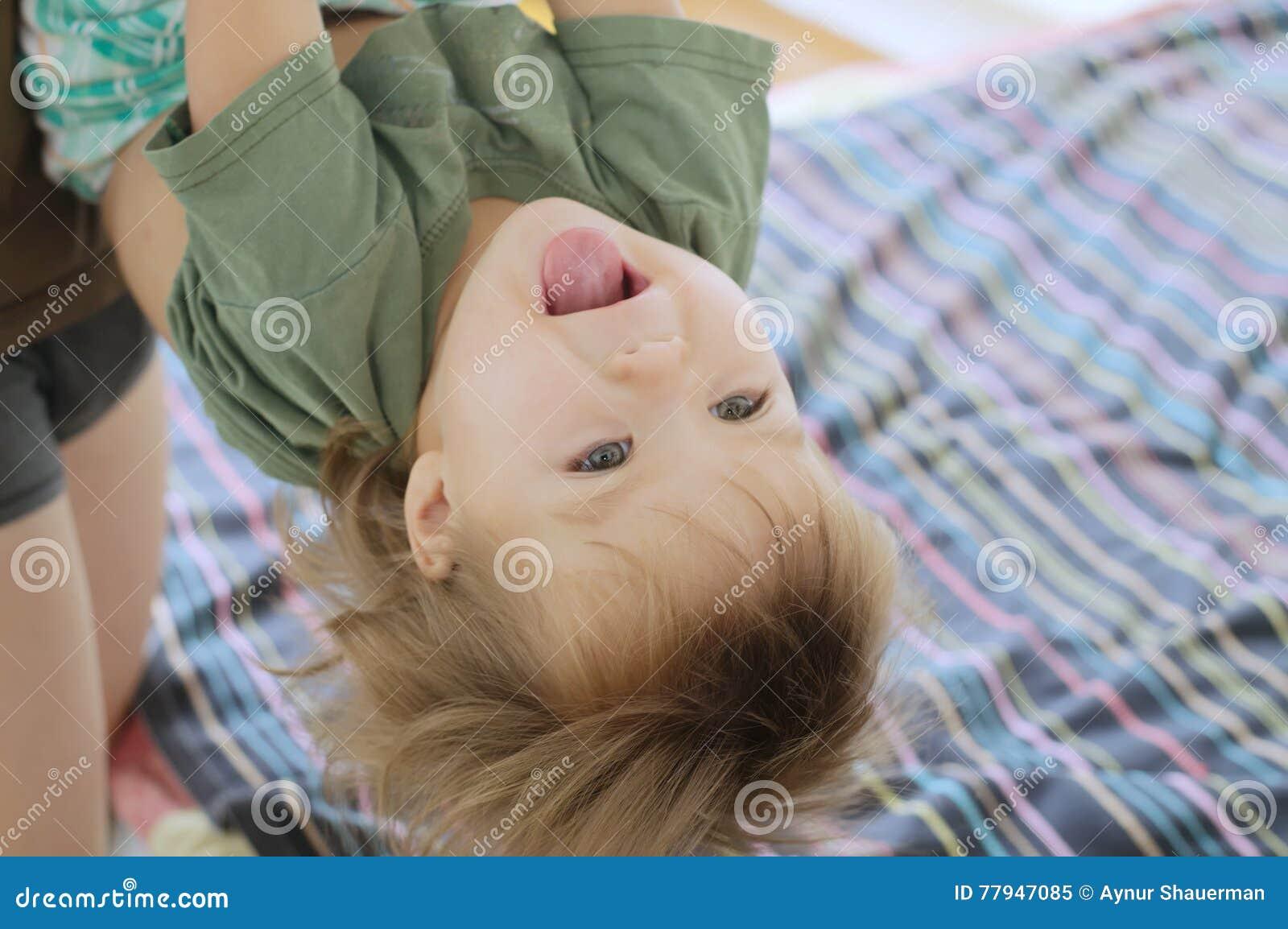 Gelukkig speelkind met papa bevindende bovenkant - neer