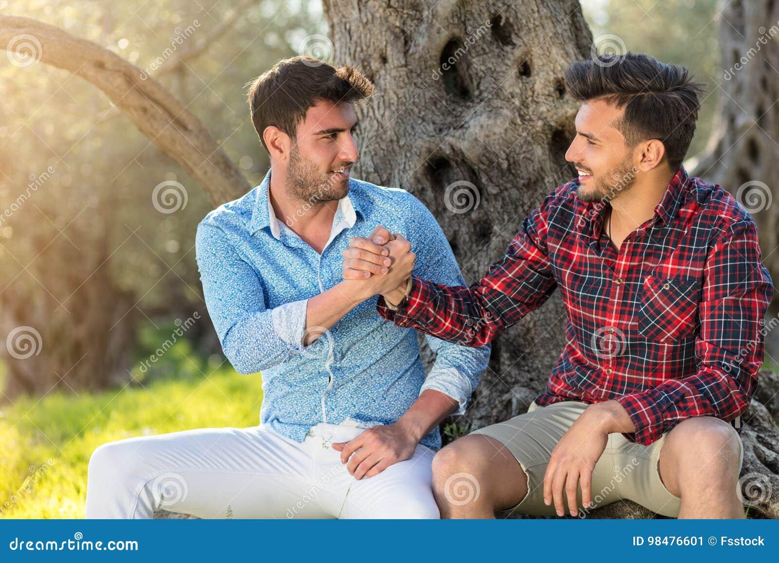 Gelukkig vrolijk paar die in park koesteren