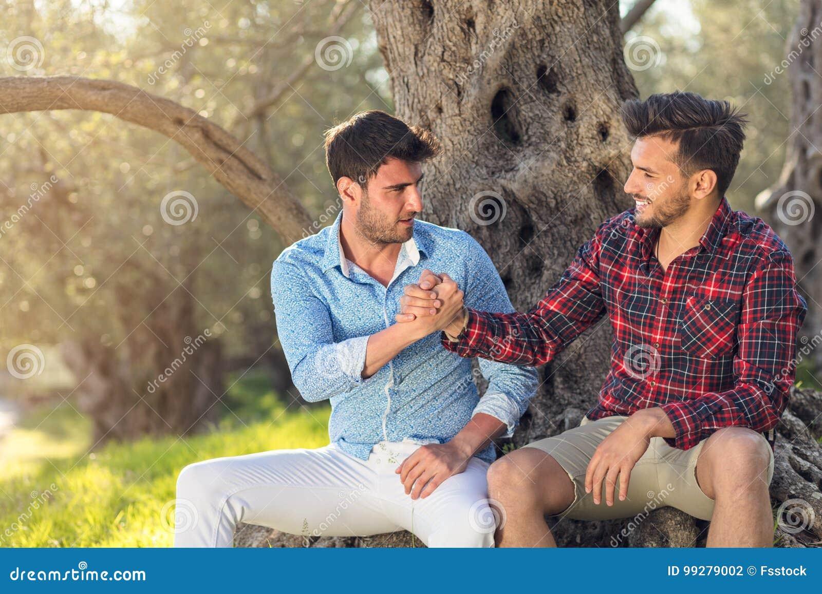 Gelukkig vrolijk paar in park