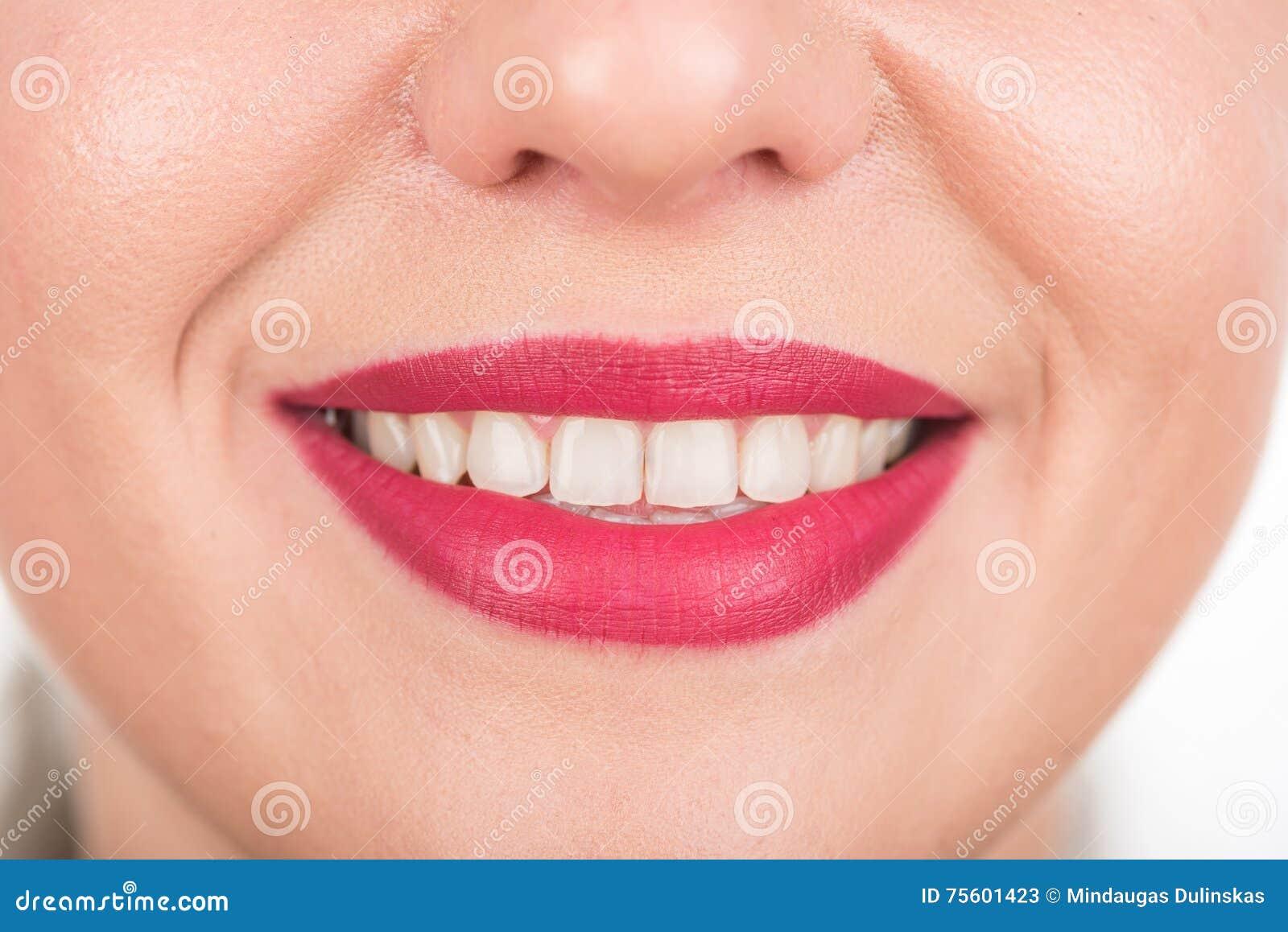 Gelukkig Vrouwengezicht met Mooie Glimlach en Witte Tanden De spruit van de studiofoto Gebruiks Heldere Rode Lippenstift Open mon