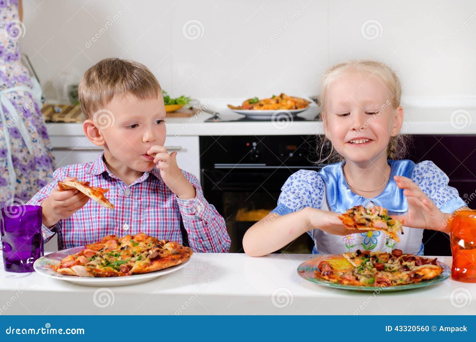 gelukkig weinig jongen en meisje die italiaanse pizza eten stock foto afbeelding bestaande uit. Black Bedroom Furniture Sets. Home Design Ideas