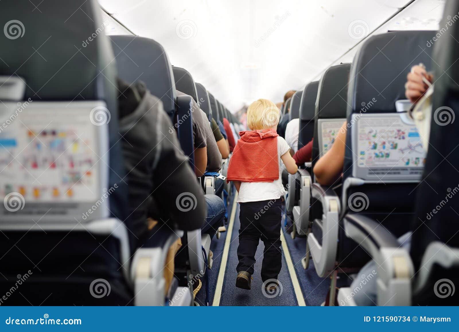 Gelukkig weinig jongen tijdens het reizen door een vliegtuig