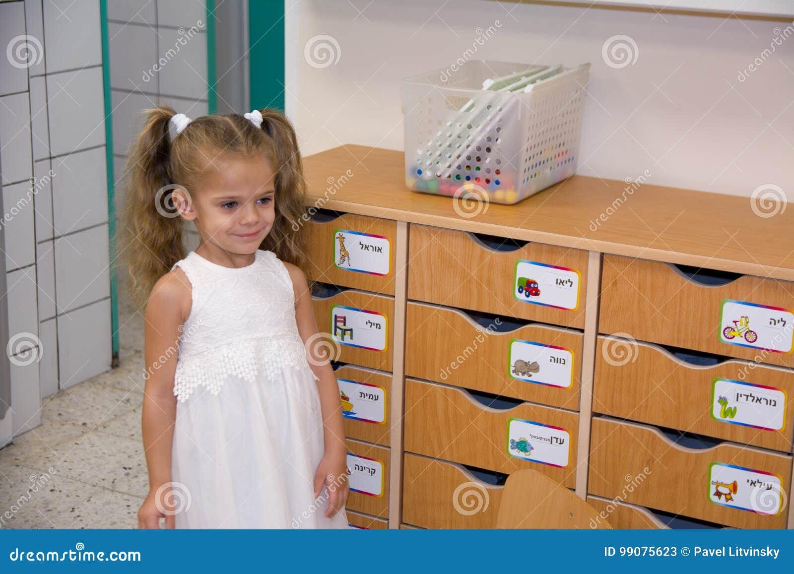 Gelukkig weinig kind, het aanbiddelijke meisje van de blondepeuter, die pret het spelen met puzzel het assembleren stukken van be