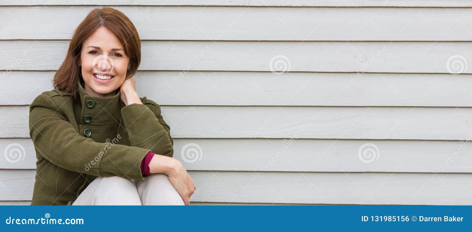 Gelukkige Aantrekkelijke Midden Oude Vrouw die buiten glimlachen