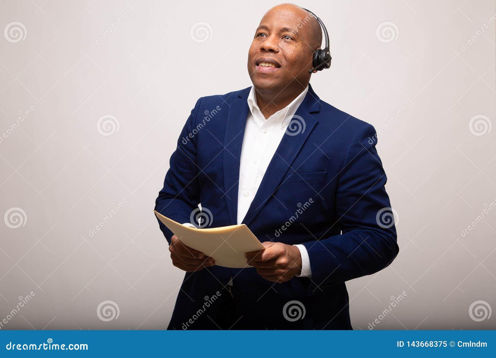 Gelukkige Afrikaanse Amerikaanse Zakenman Looks Up