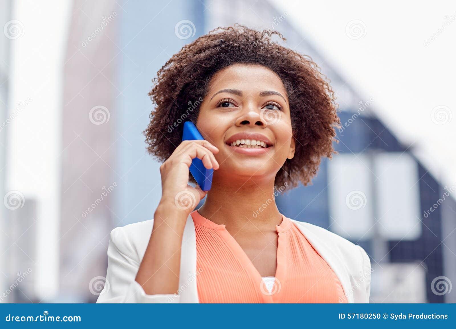 Gelukkige Afrikaanse onderneemster die smartphone uitnodigen