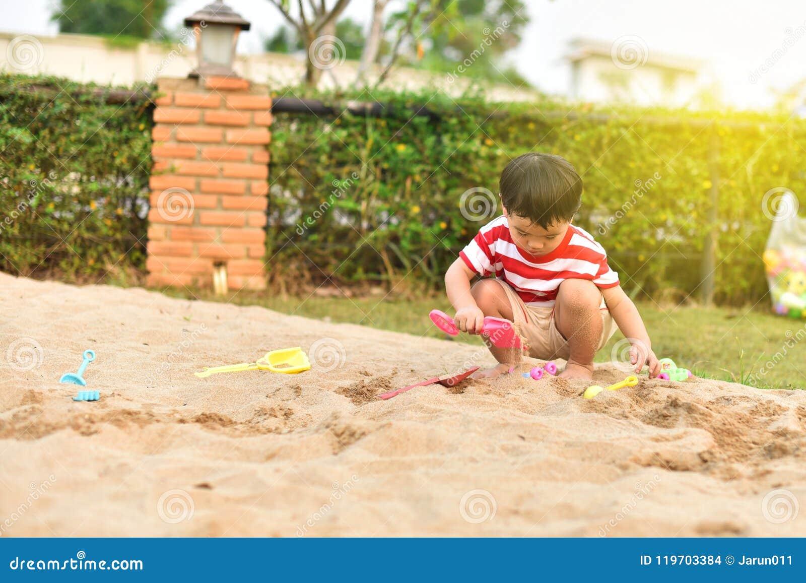 Gelukkige Aziatische jongen in speelplaats