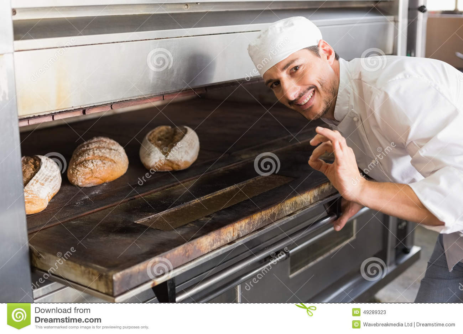 Gelukkige bakker door open oven