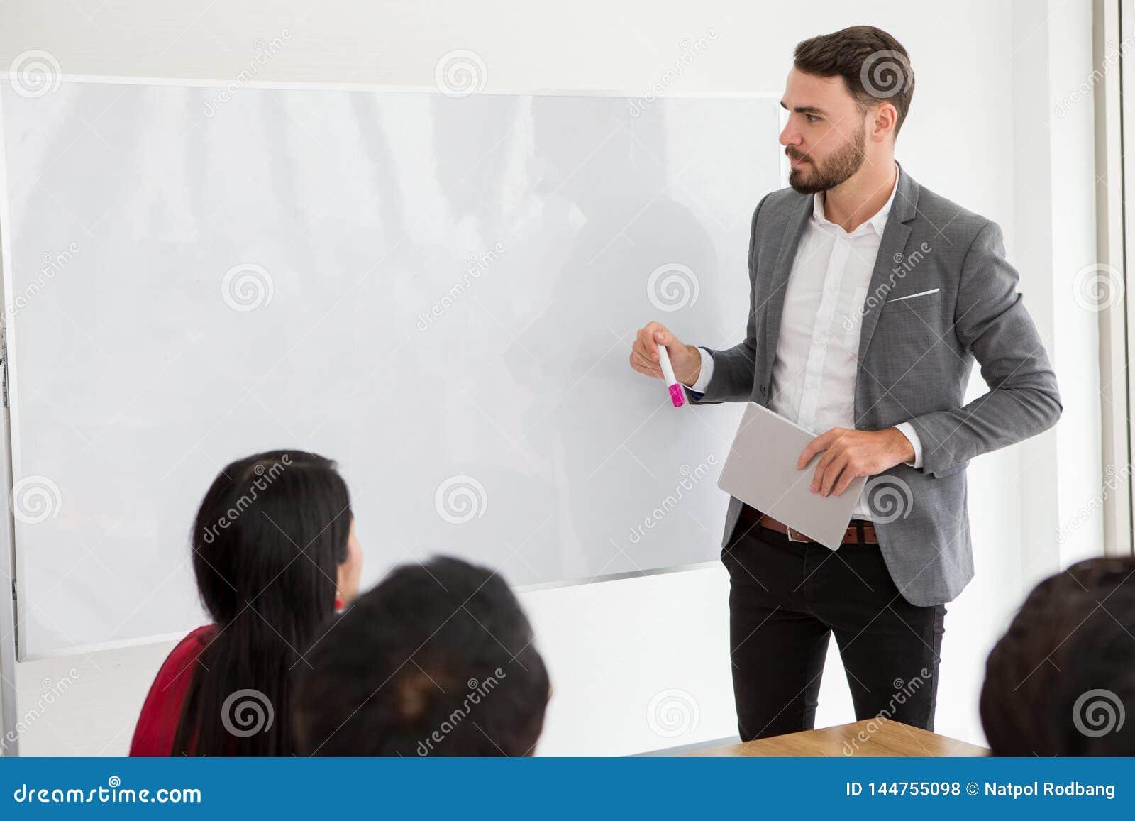 Gelukkige bedrijfsmens die een presentatie op whiteboard maken chef- voorstellende strategie om aan doel van succes met binnen gr