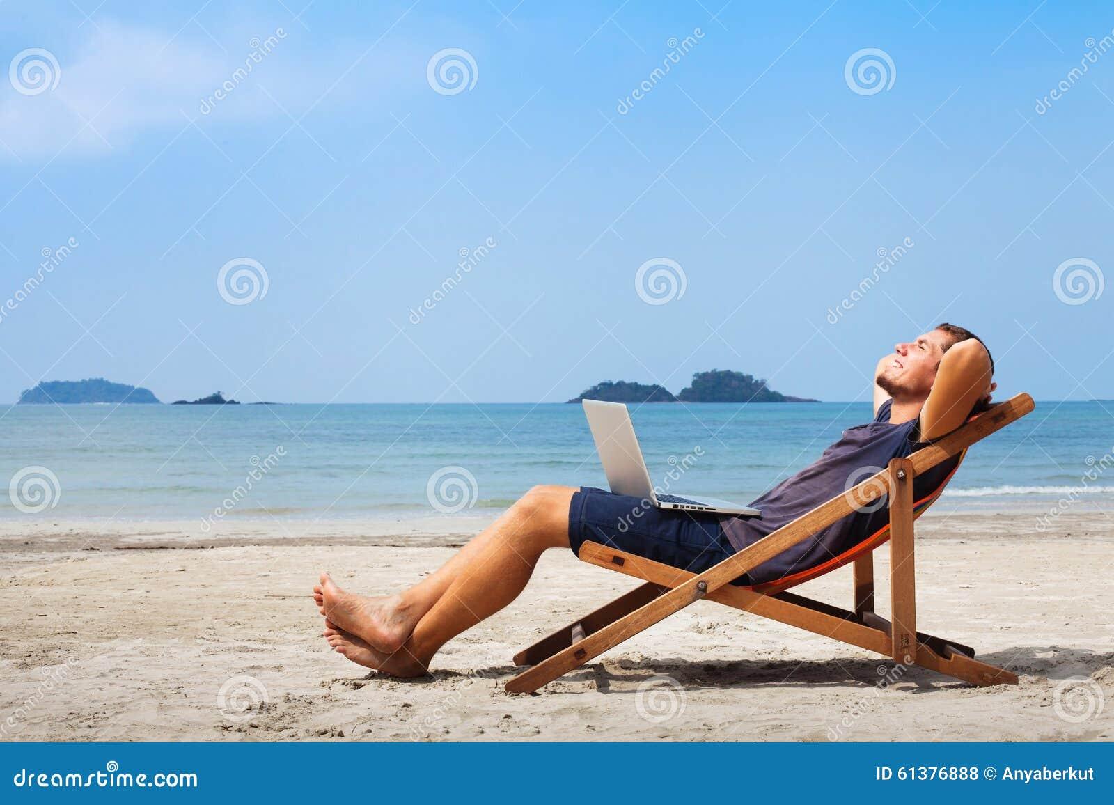 Gelukkige bedrijfsmens op het strand