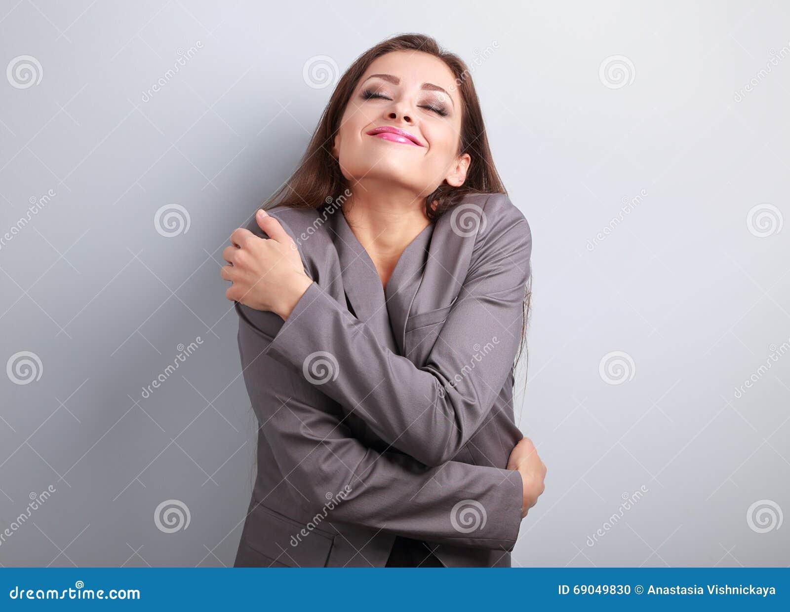 Gelukkige bedrijfsvrouw die koesteren met natuurlijke emotionele enjo