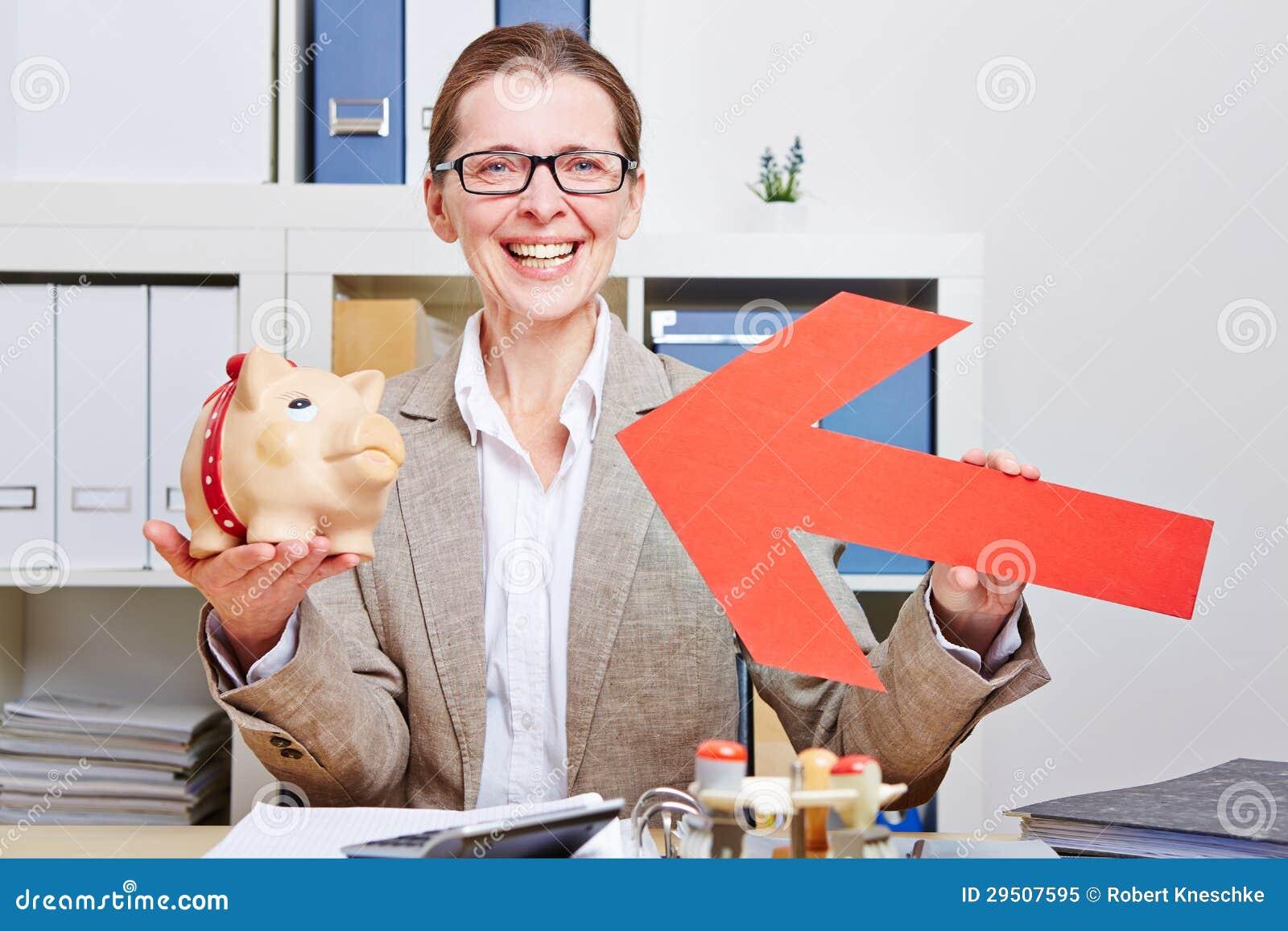 Gelukkige bedrijfsvrouw die pijl richten