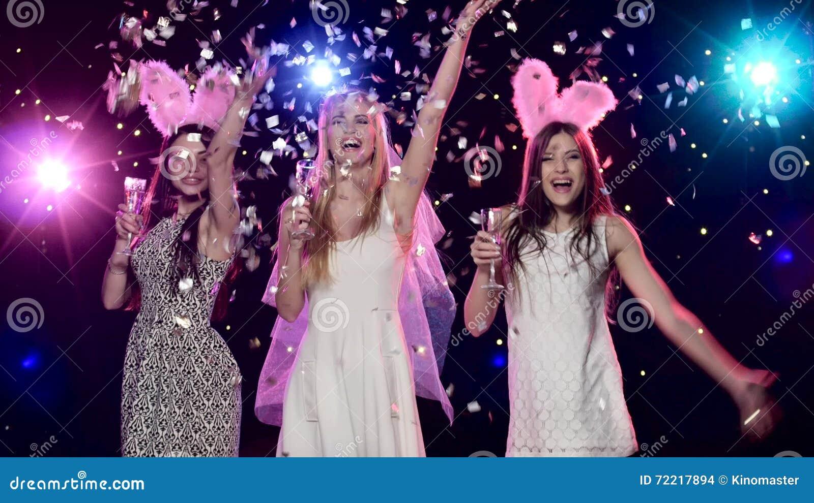 Gelukkige Bruid Met Meisjes Die, Het Drinken Champagne Bij  Vrijgezellinpartij Dansen Stock Footage   Video Bestaande Uit Licht,  Confetti: 72217894