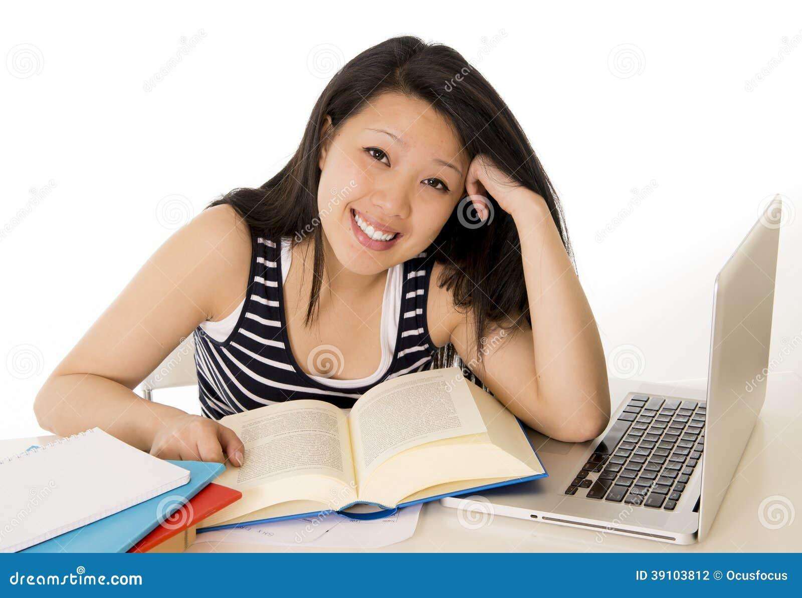 Gelukkige Chinese Aziatische studente werkende laptop