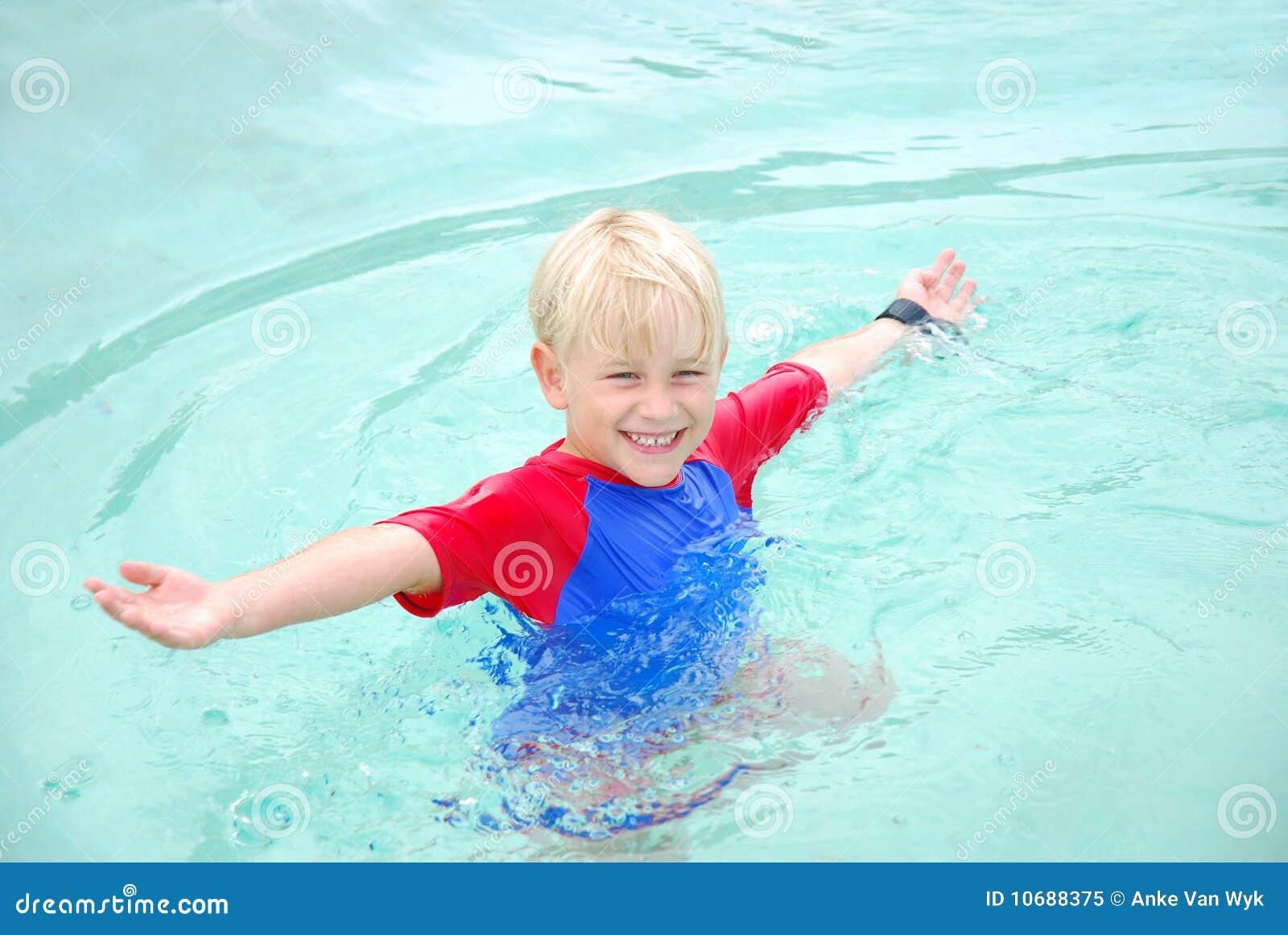 Gelukkige de jongen van het strand