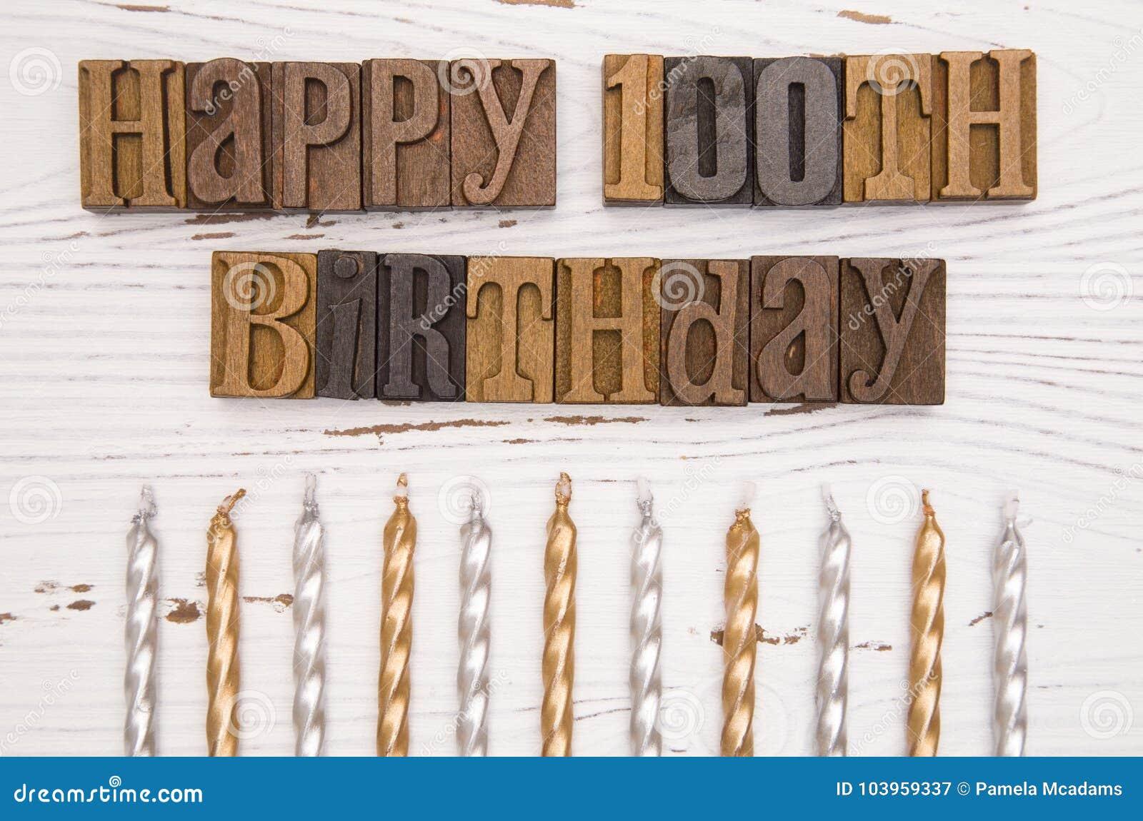 Gelukkige Die 100ste Verjaardag In Typereeks Wordt Gespeld Stock