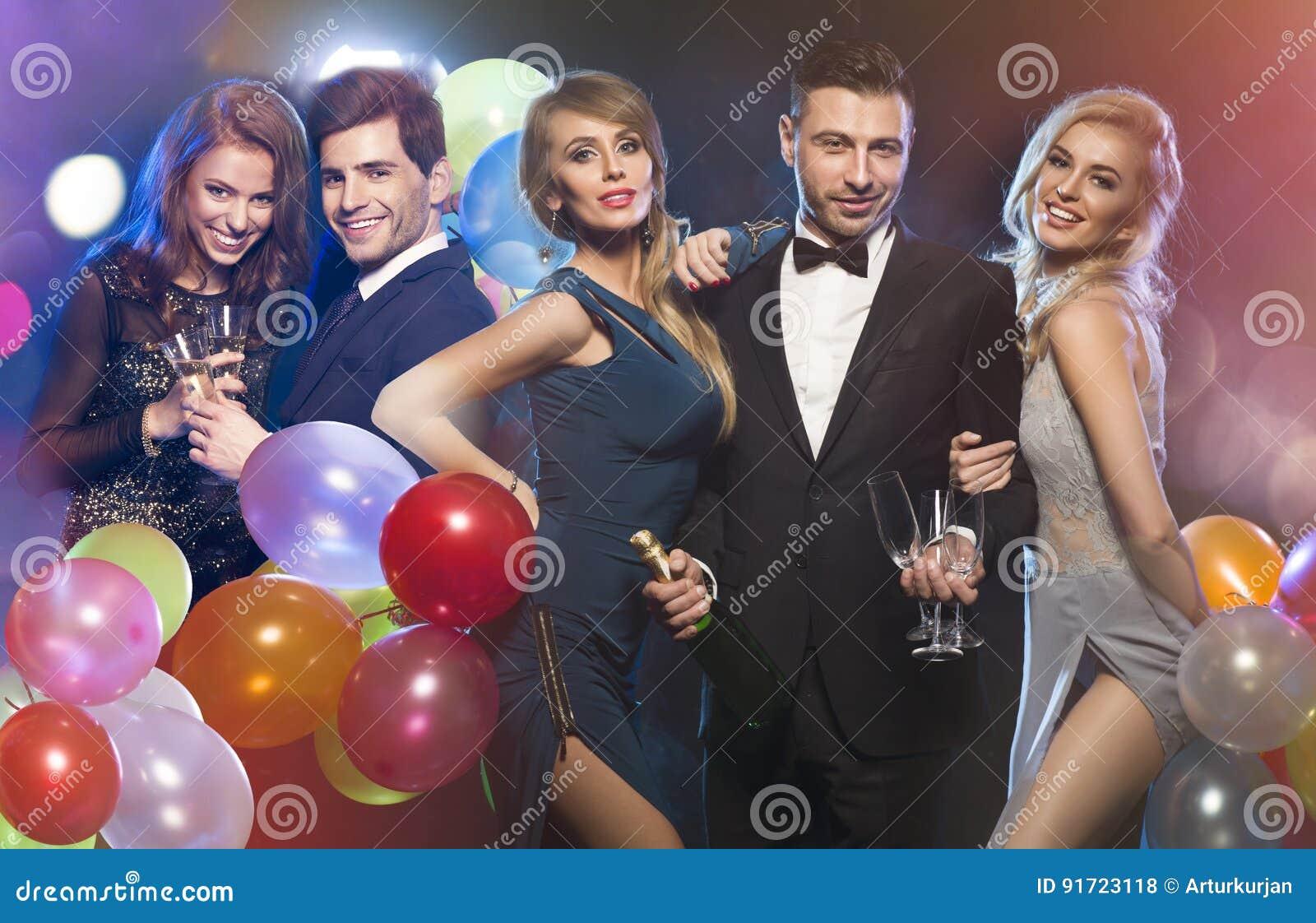 Gelukkige elegante vrienden bij partij