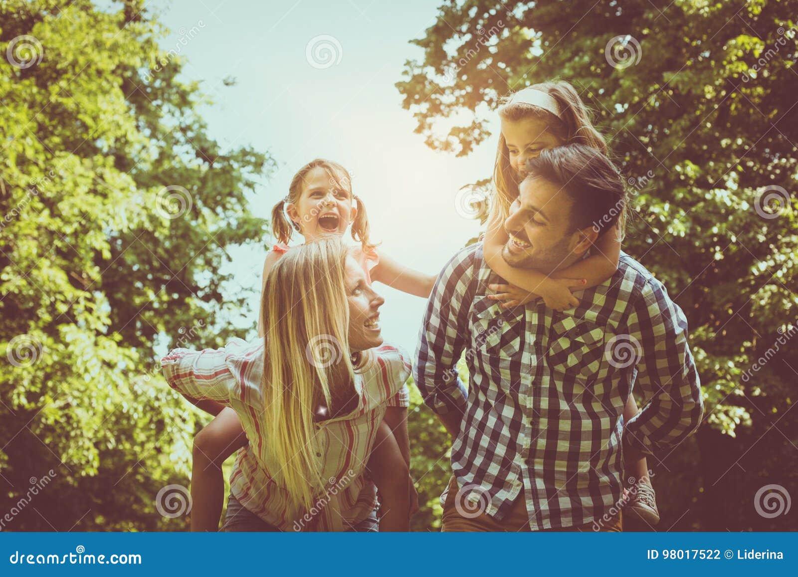Gelukkige familie in aard