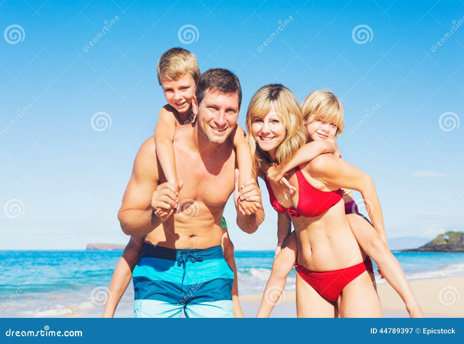 Gelukkige familie bij het strand