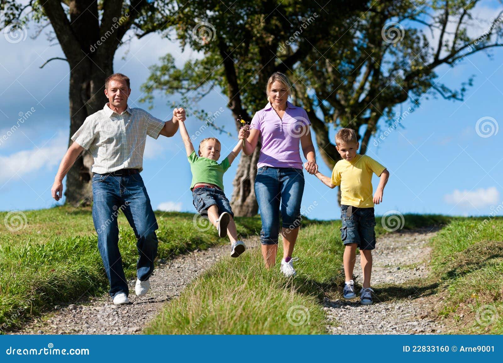 Gelukkige familie in de zomer