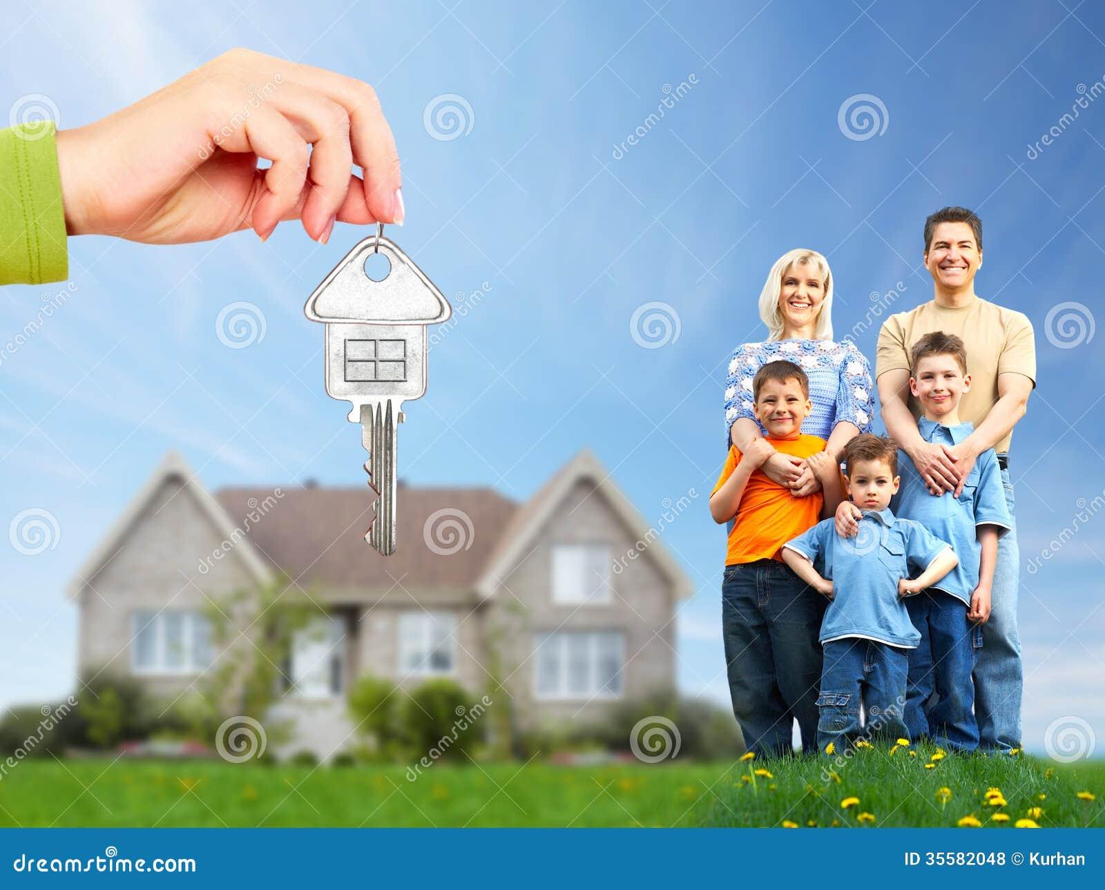 Gelukkige familie dichtbij nieuw huis.
