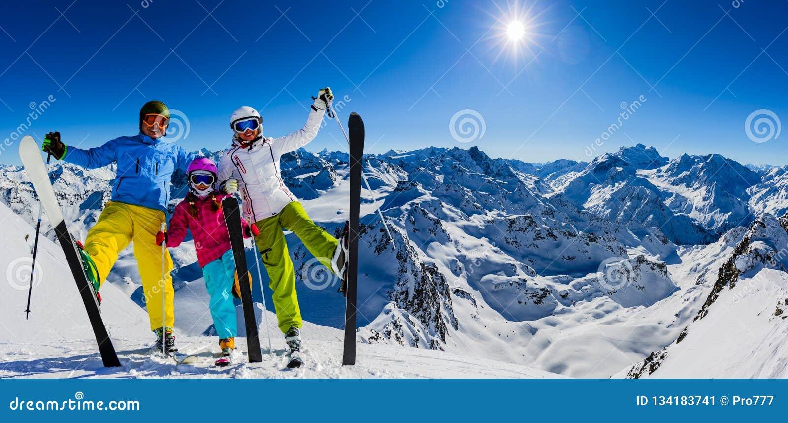 Gelukkige familie die de winter van vakanties in bergen genieten