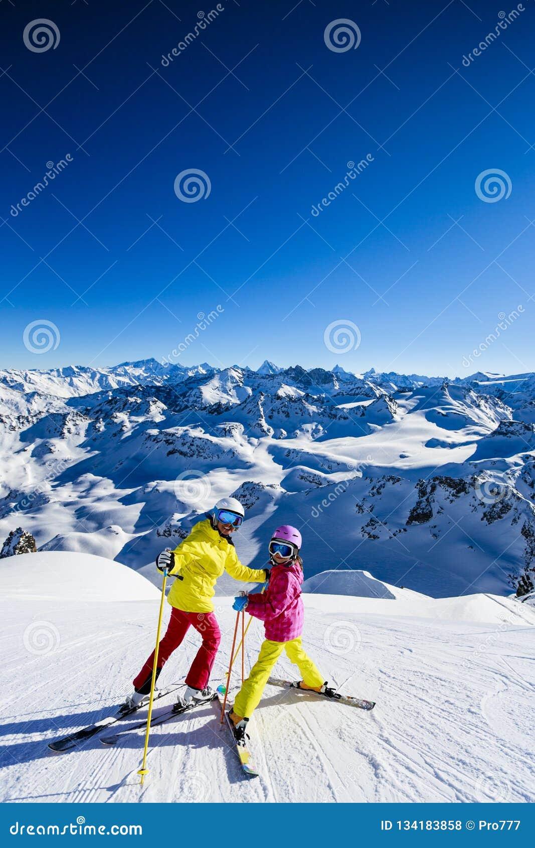 Gelukkige familie die de winter van vakanties genieten