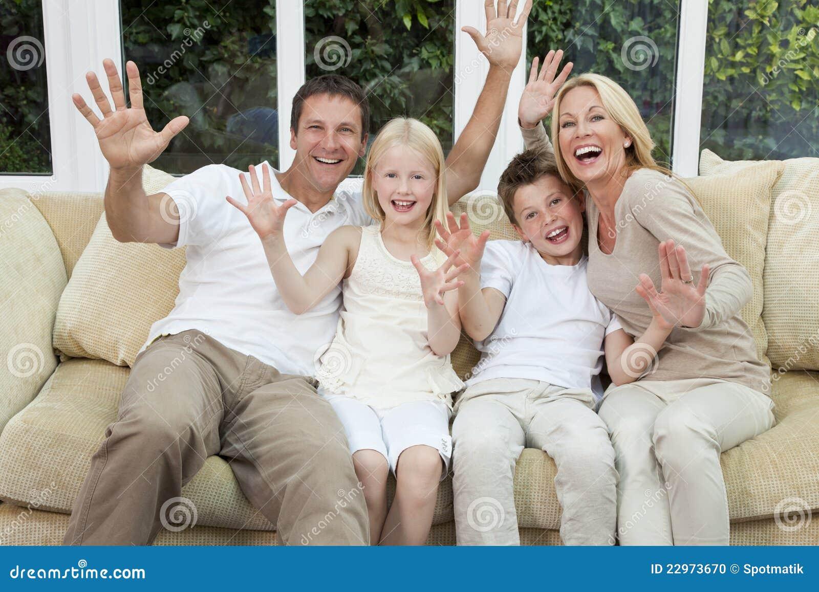 Gelukkige Familie die de Zitting van de Pret heeft thuis
