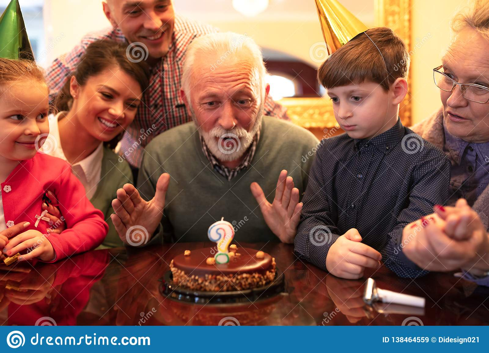 Gelukkige familie die een verjaardag viert