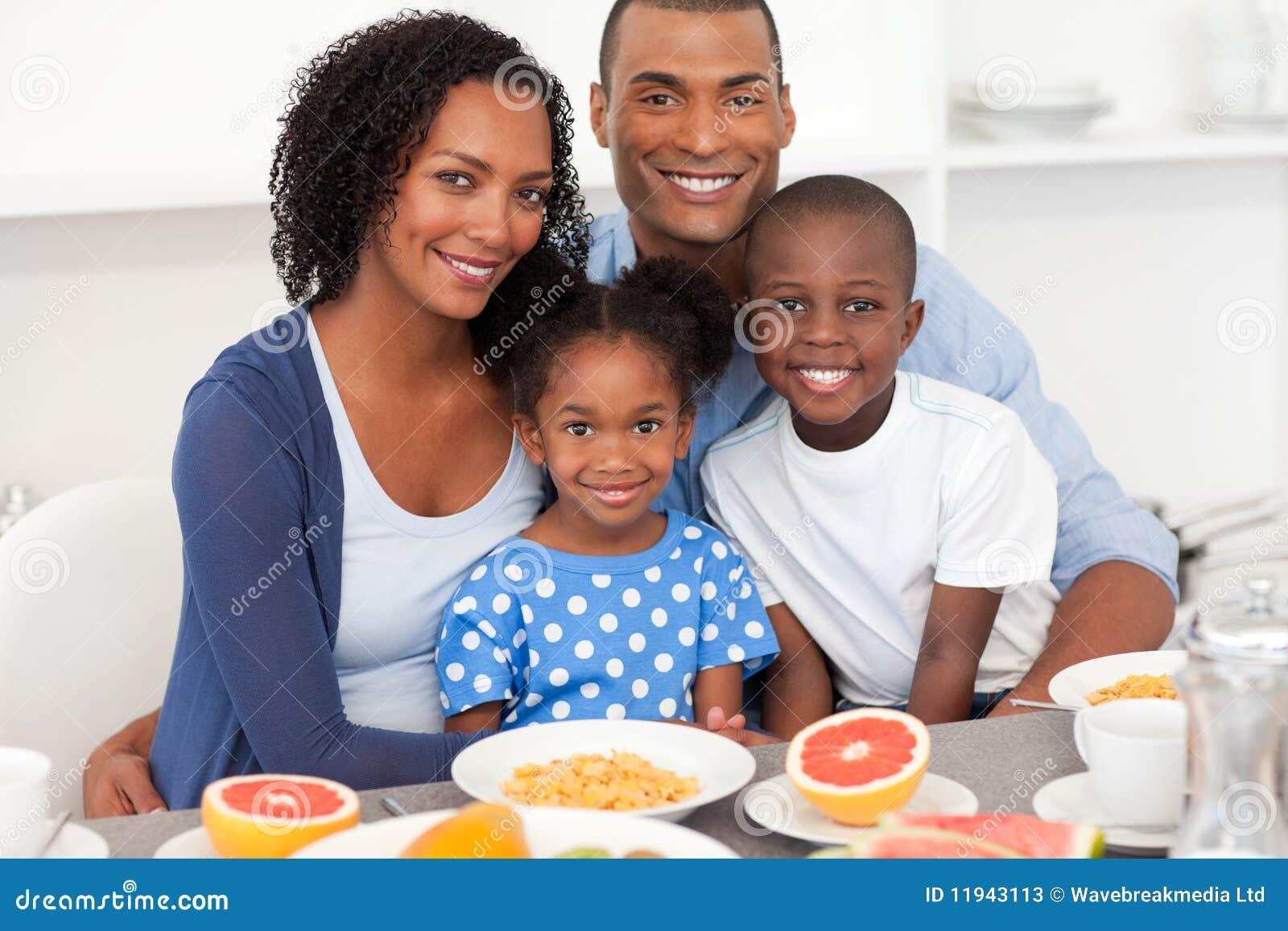 Gelukkige familie die gezond ontbijt heeft