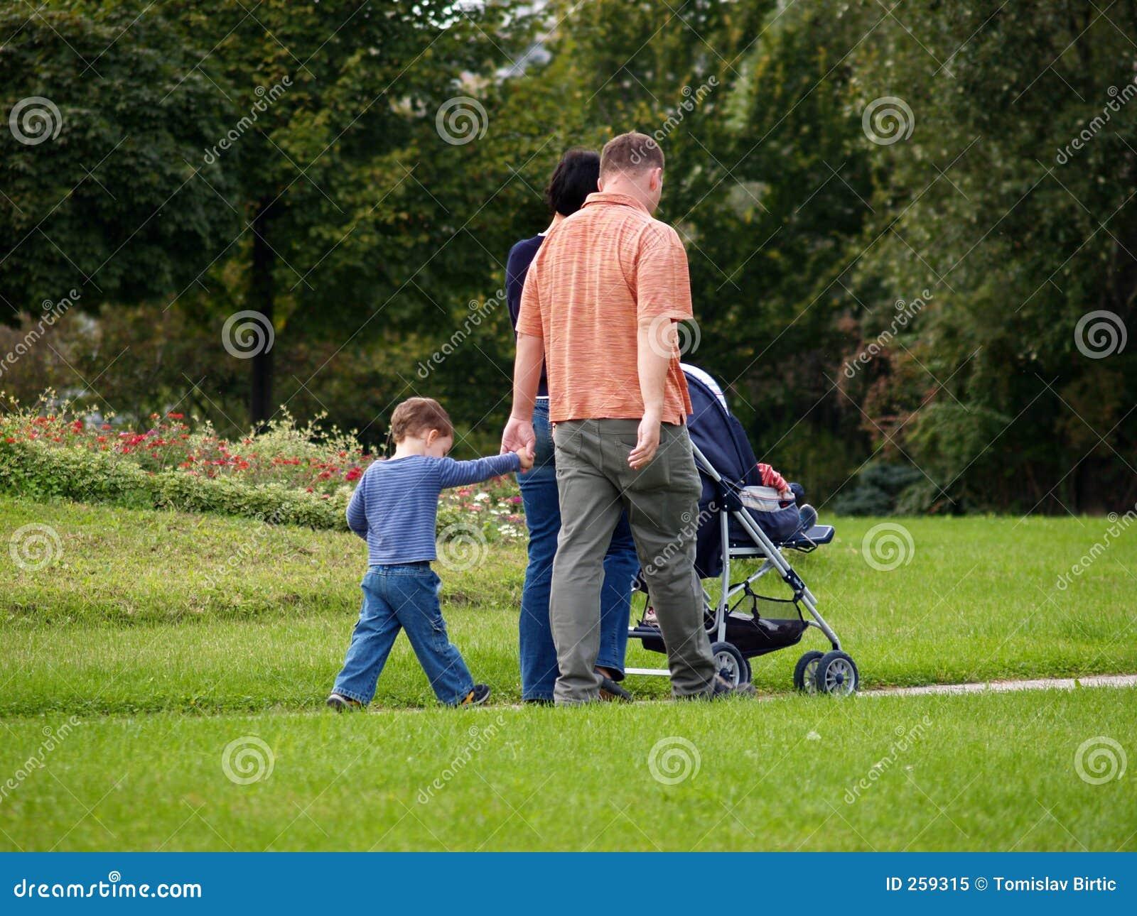 Gelukkige Familie die in het Park geniet van