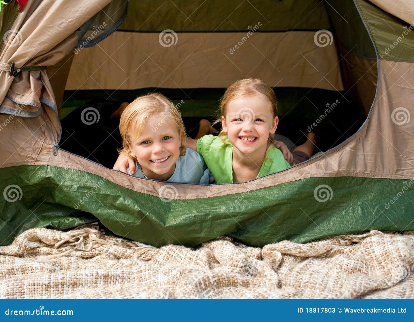 Gelukkige familie die in het park kampeert