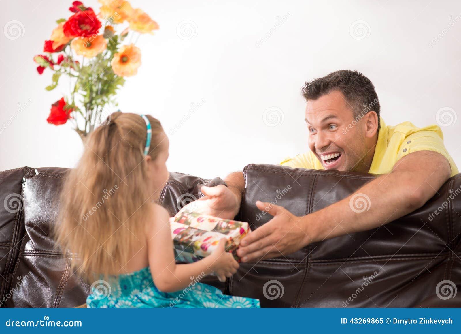 Gelukkige familie die pret hebben en giften geven
