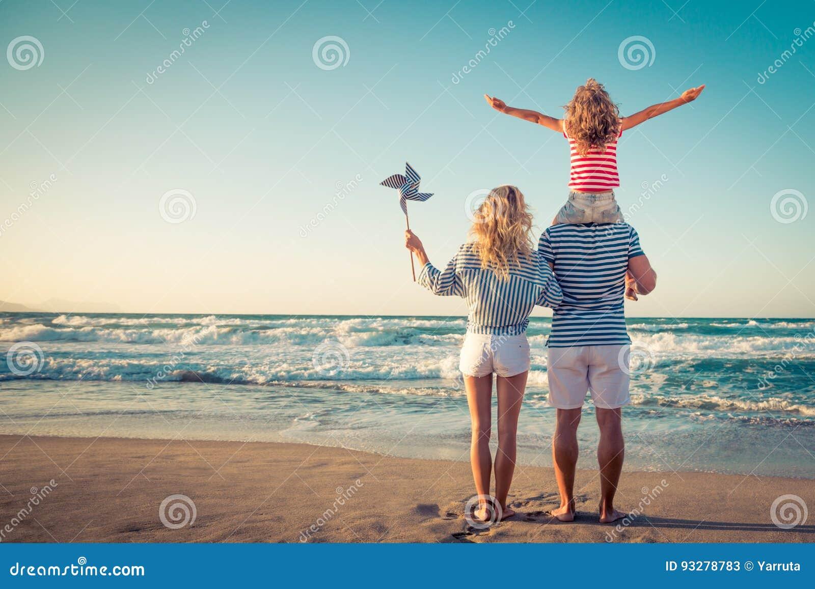 Gelukkige familie die pret op de zomervakantie hebben