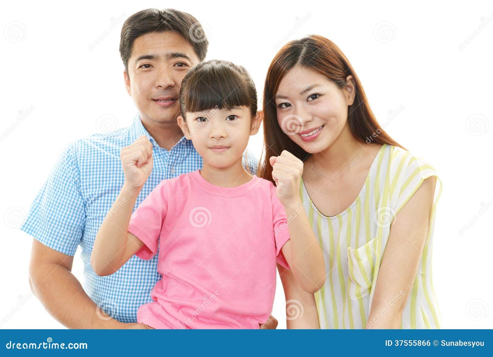 Gelukkige familie die samen glimlachen