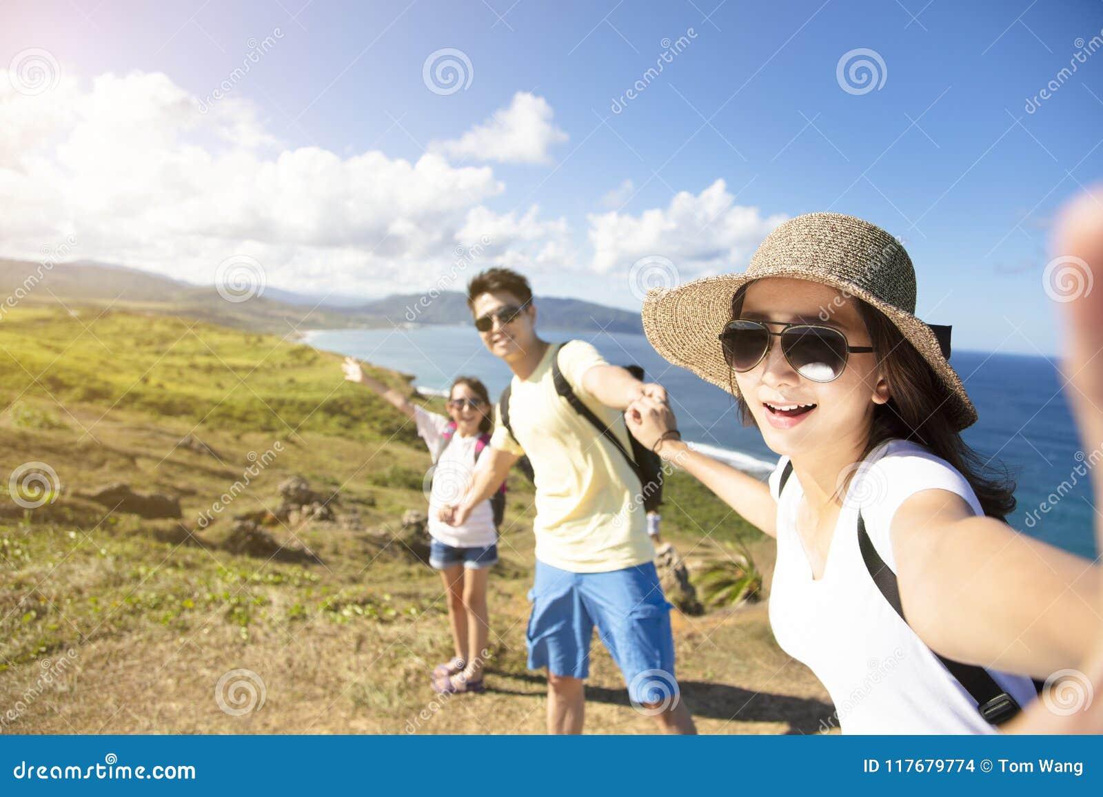 Gelukkige familie die selfie op de kust nemen