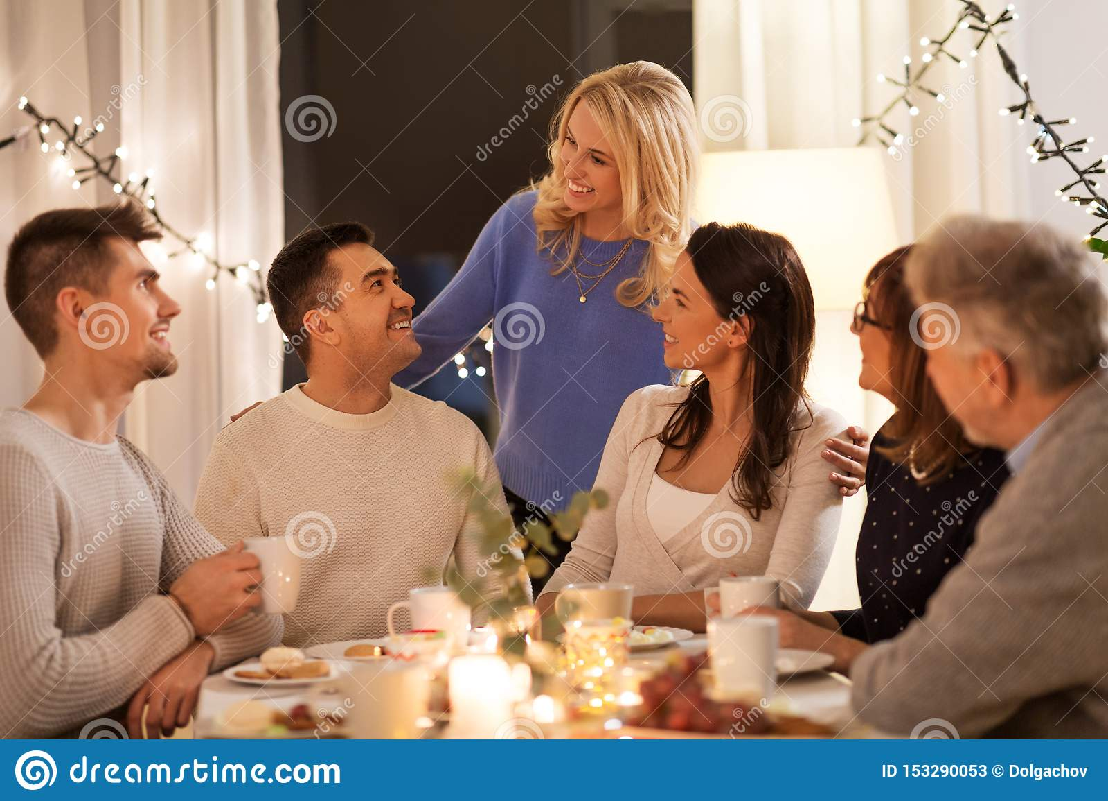 Gelukkige familie die theekransje hebben thuis