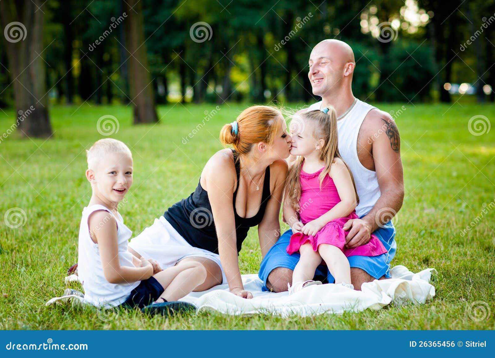 Gelukkige familie in een park
