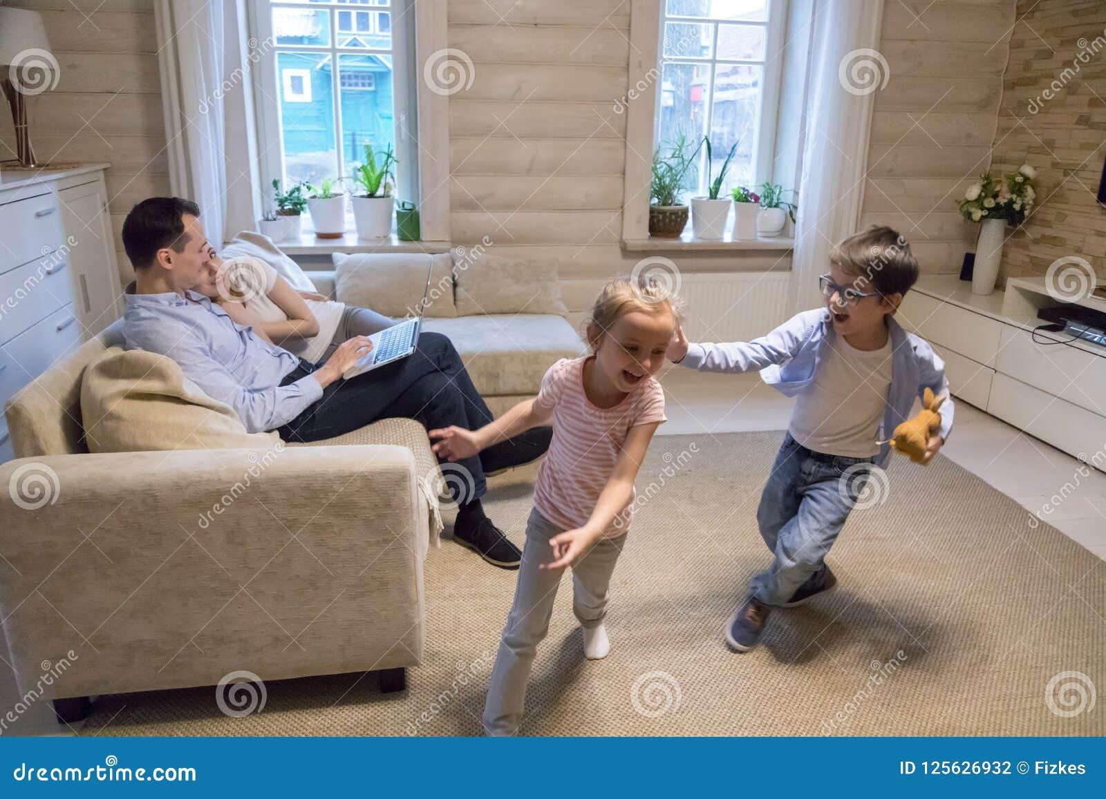 Gelukkige familie het besteden tijd die thuis pret hebben samen