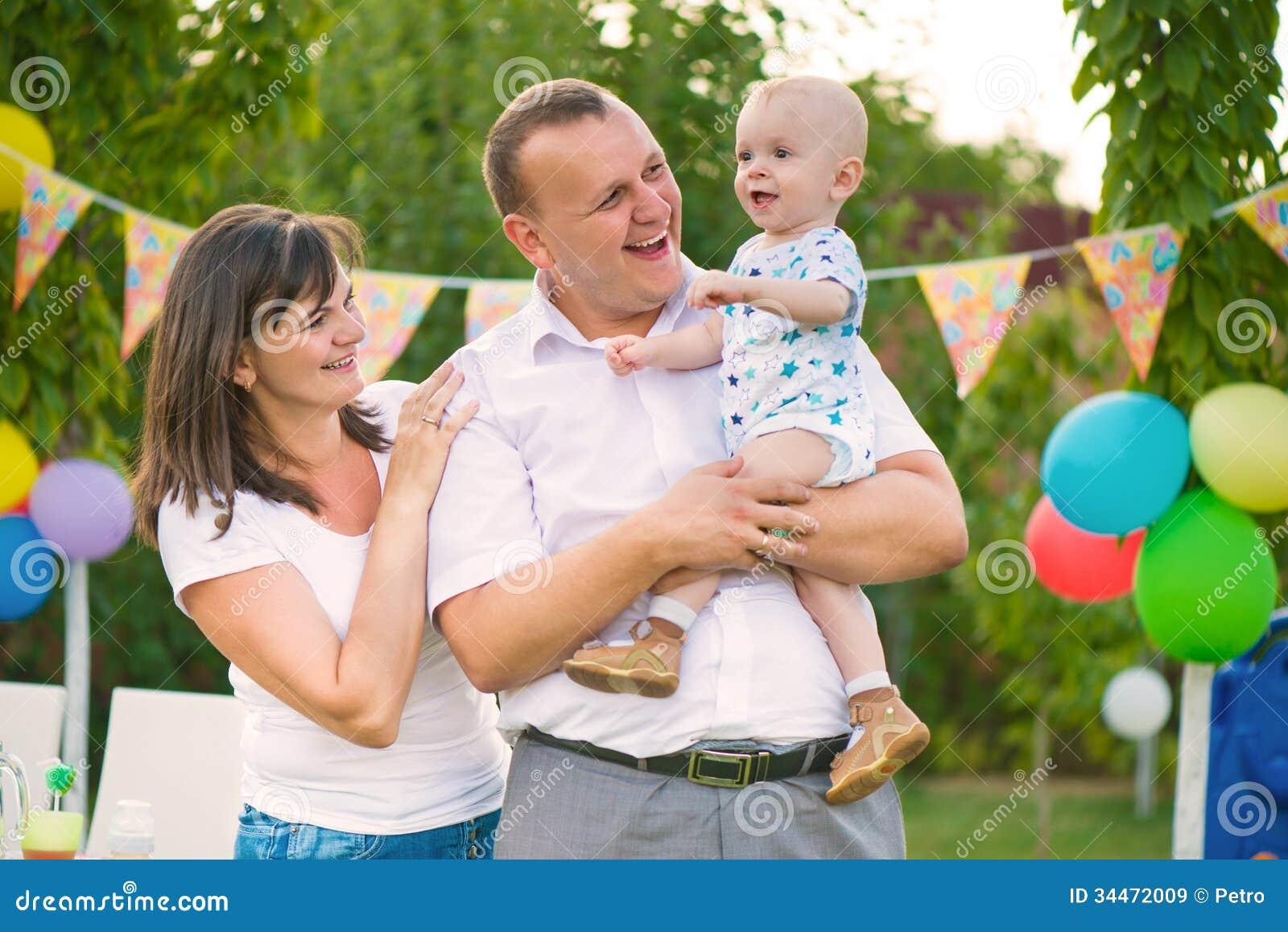 Gelukkige familie het vieren eerste verjaardag van baby