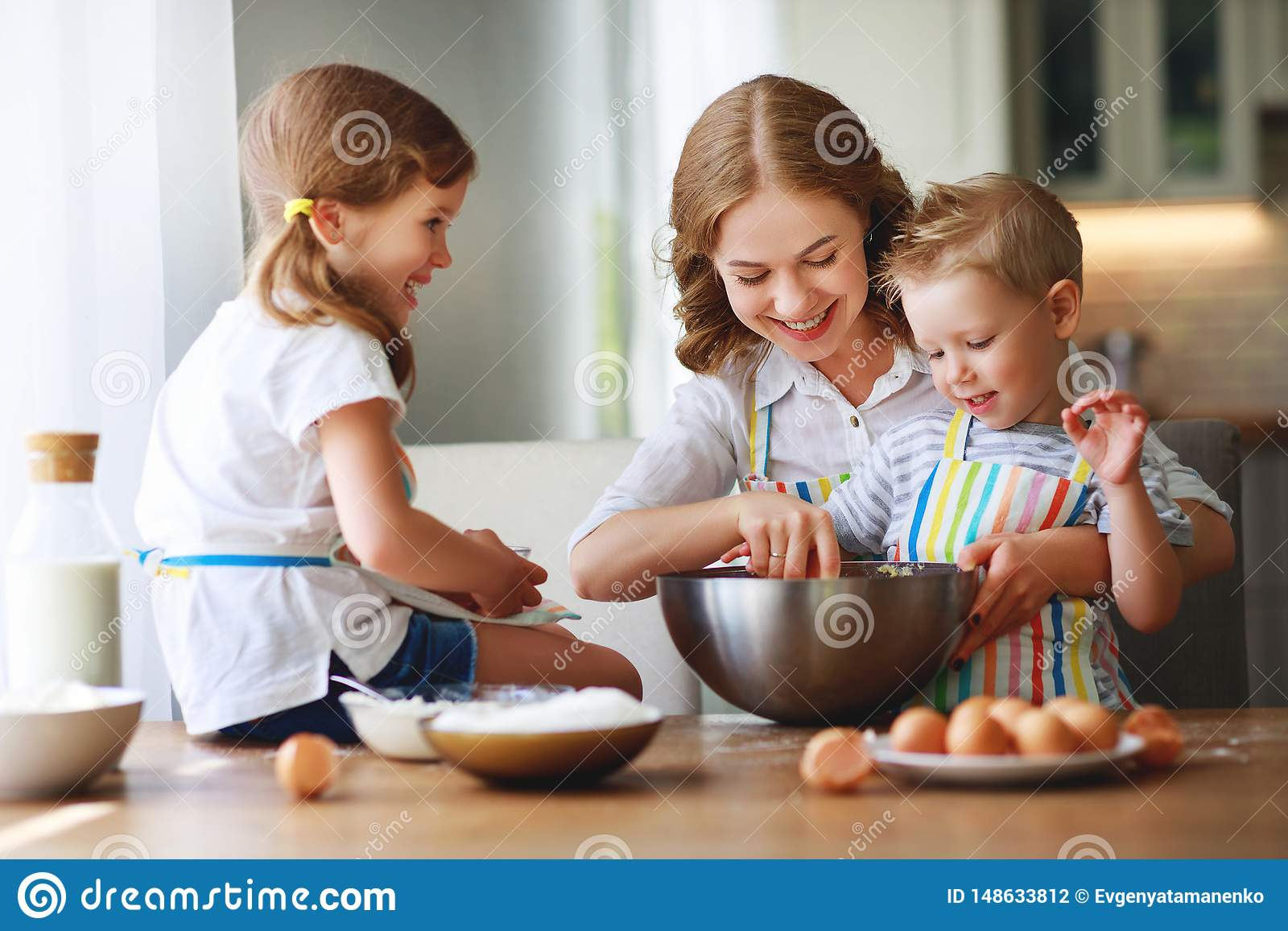 Gelukkige Familie in Keuken moeder en de kinderen die deeg de voorbereiden, bakken koekjes