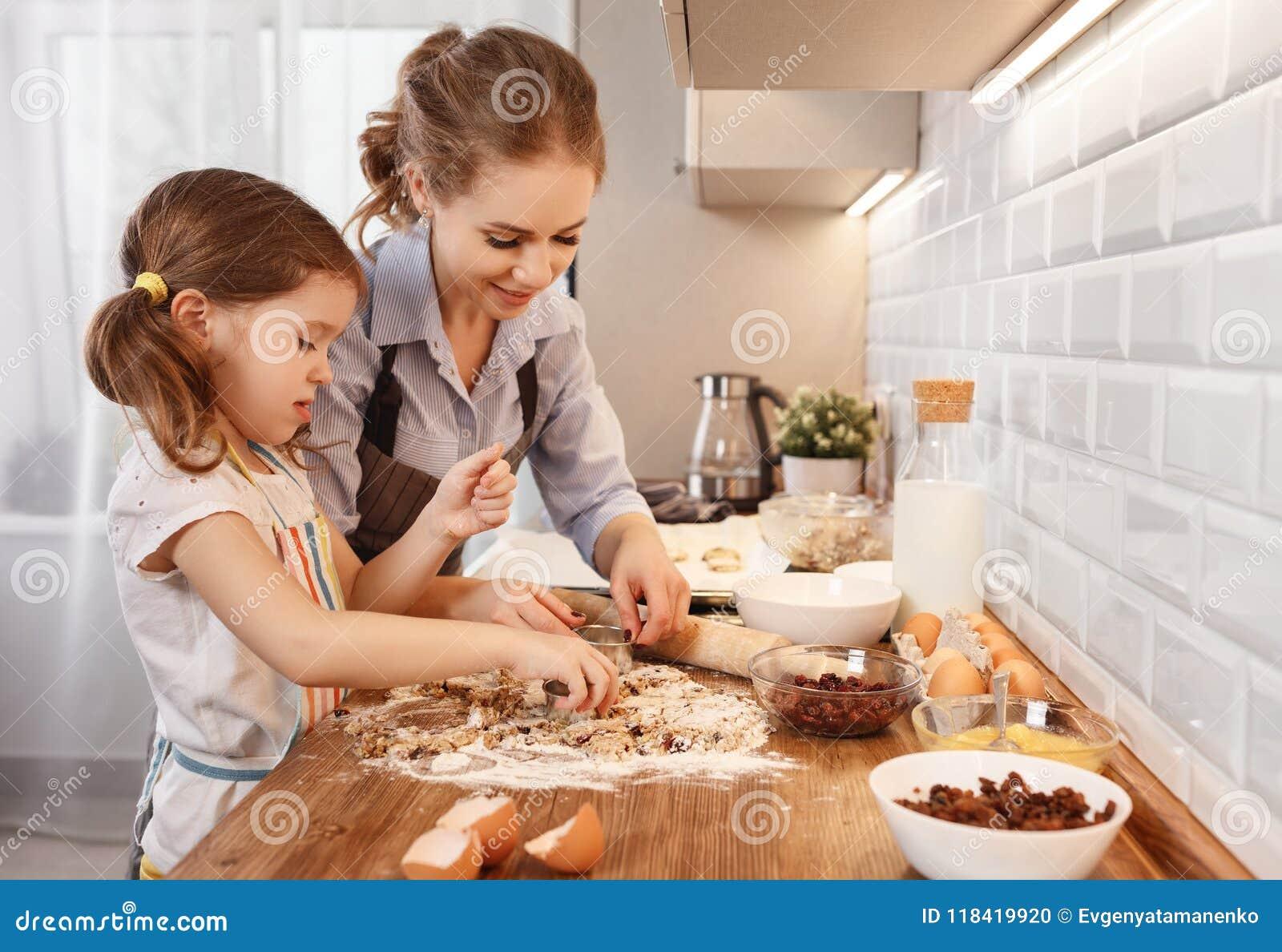 Gelukkige Familie in Keuken moeder en kind de koekjes van het dochterbaksel