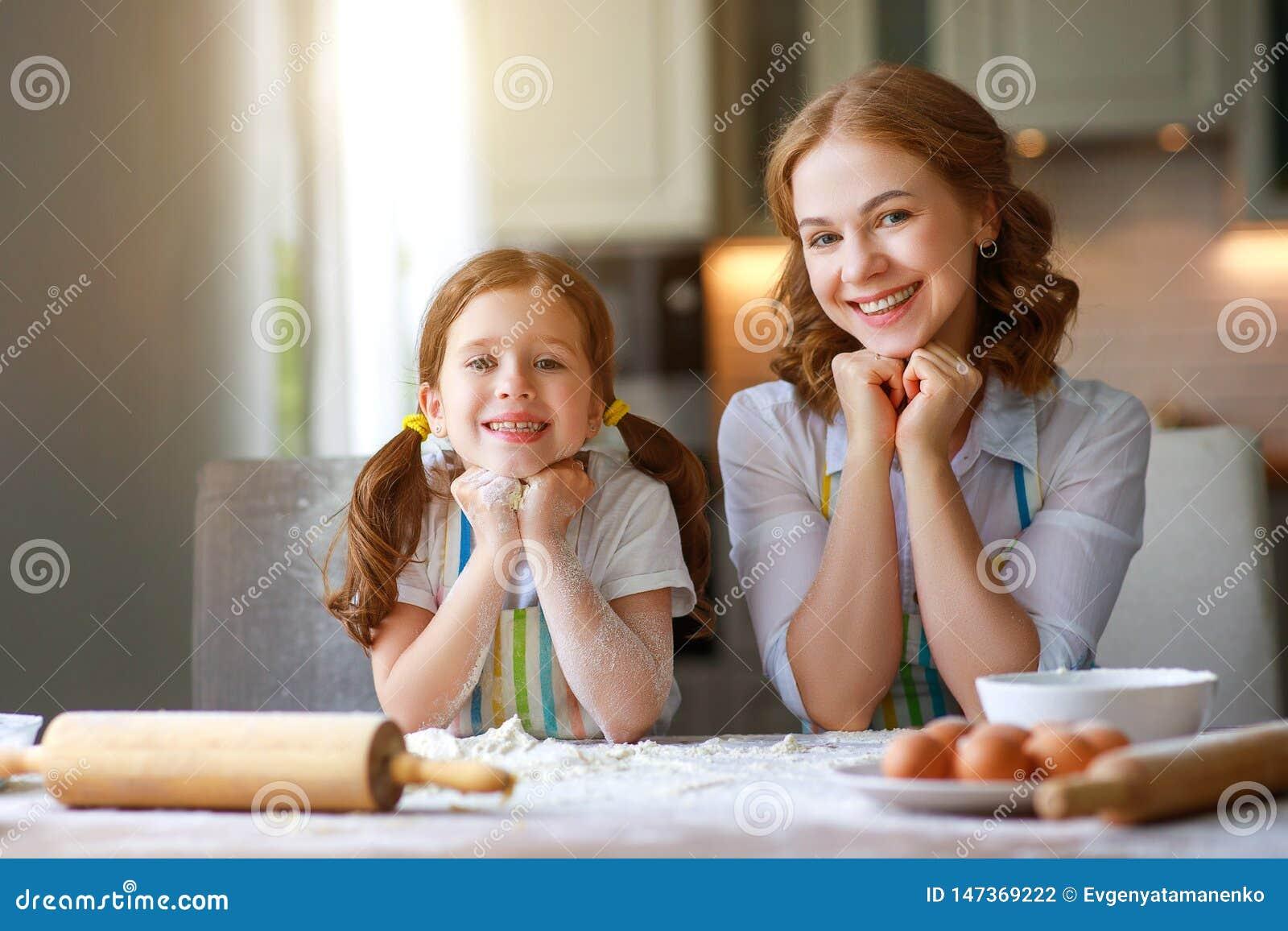 Gelukkige Familie in Keuken Moeder en kindbakselkoekjes