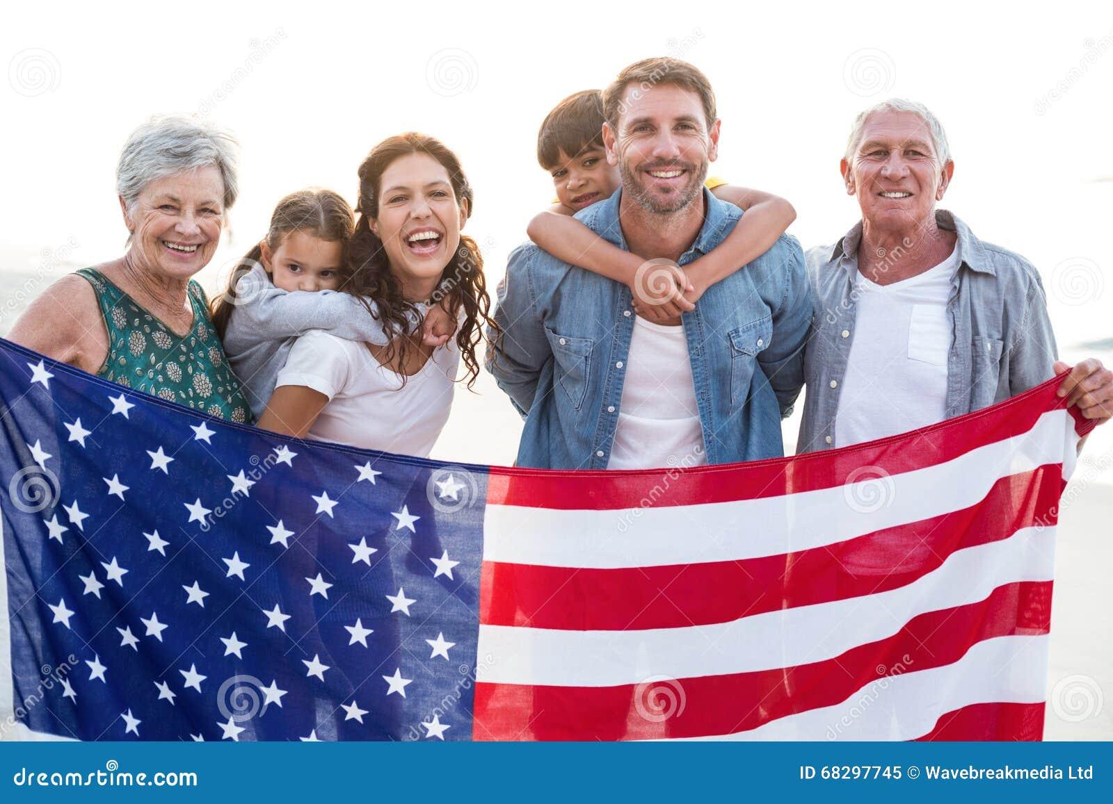 Gelukkige familie met een Amerikaanse vlag