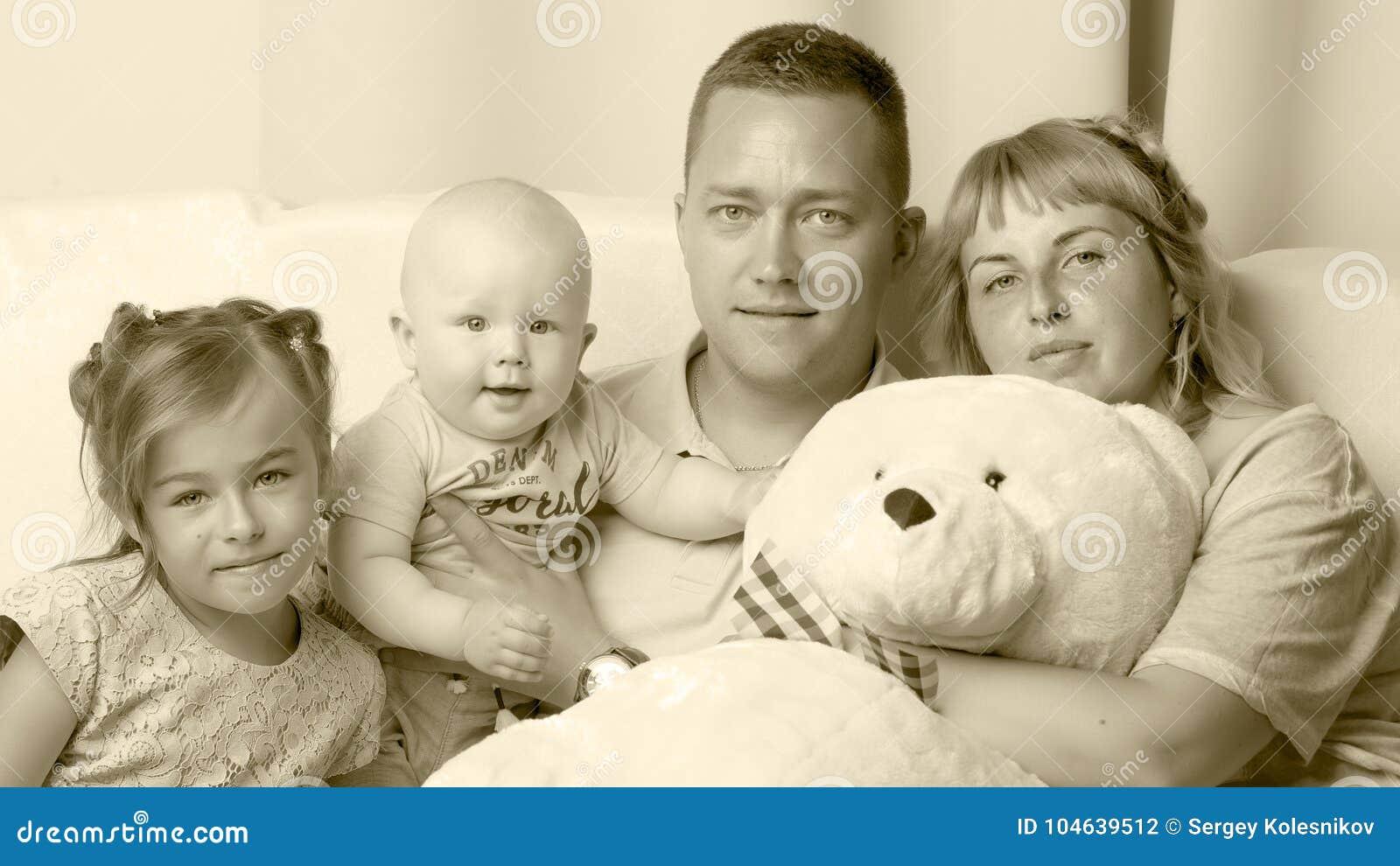 Download Gelukkige Familie Met Jonge Kinderen Stock Foto - Afbeelding bestaande uit groep, wijfje: 104639512
