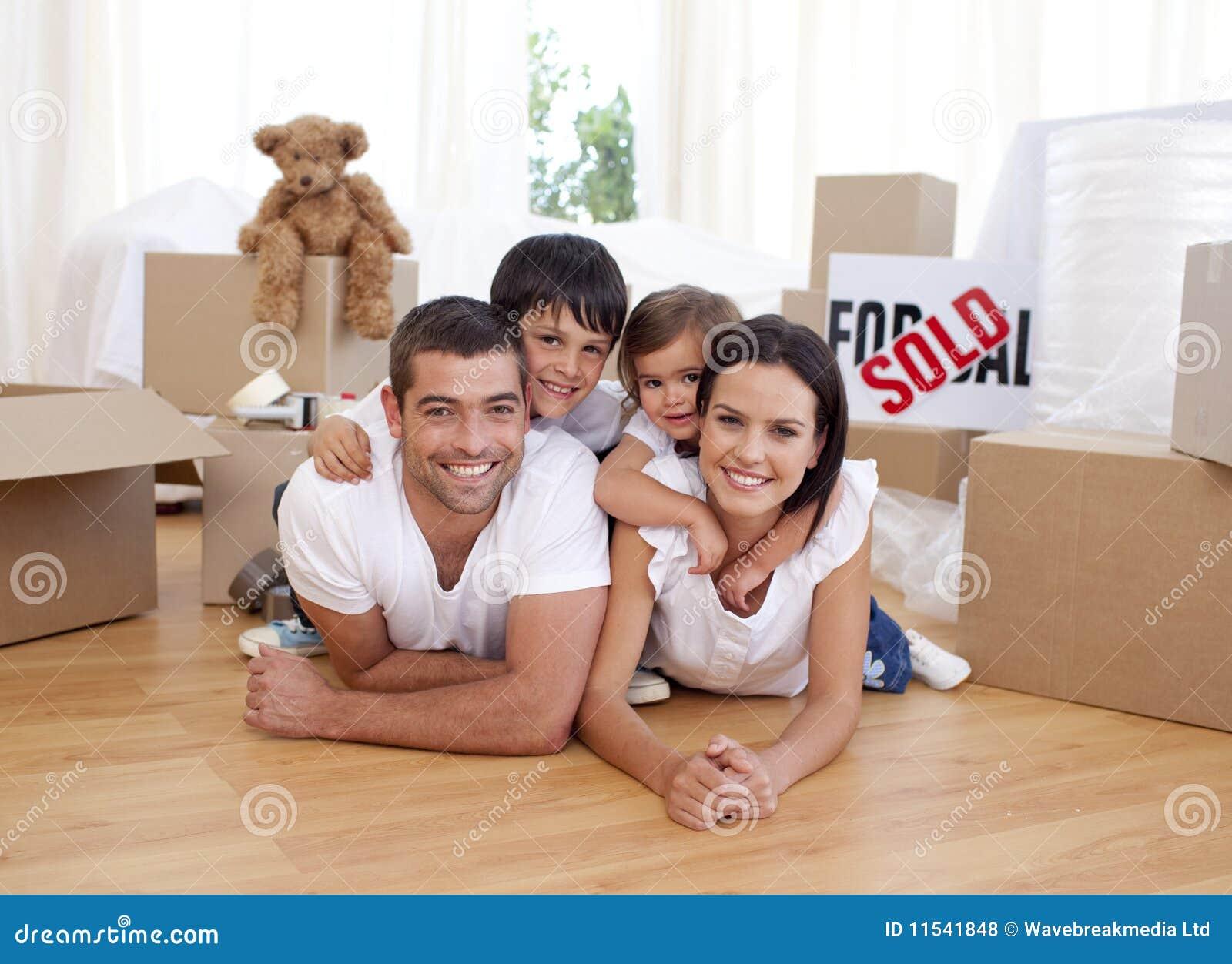 Gelukkige familie na het kopen van nieuw huis
