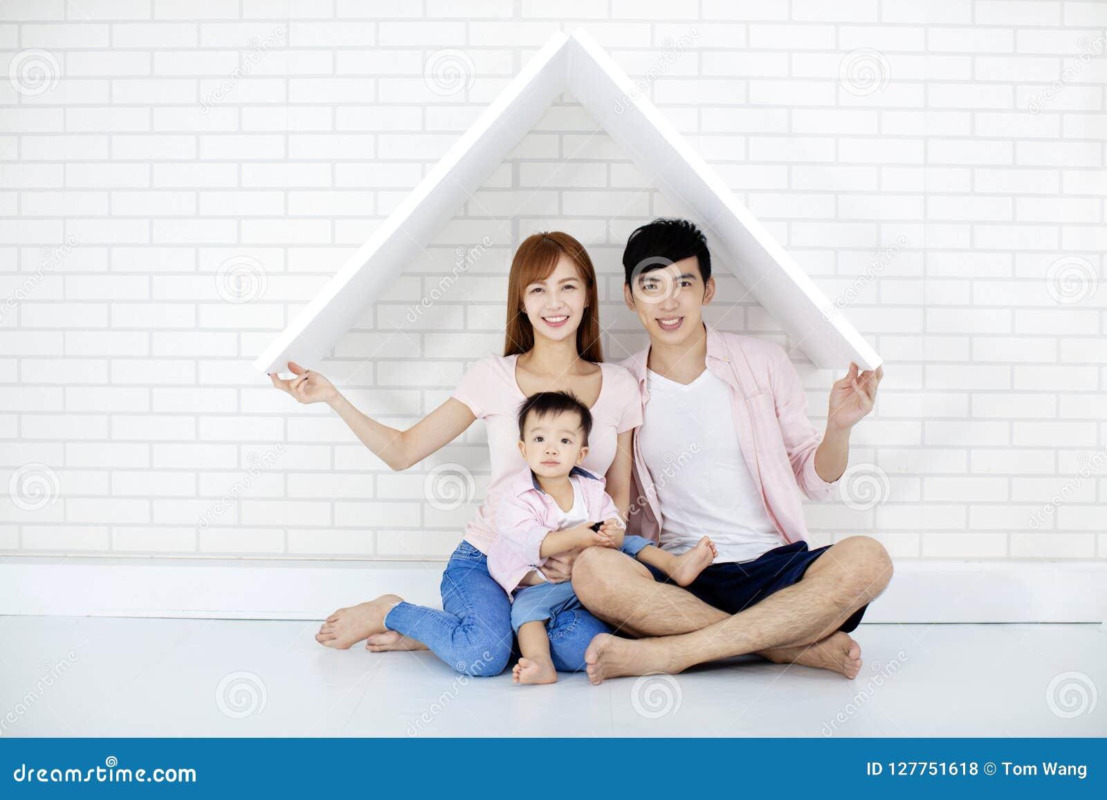 Gelukkige familie in nieuw huis met dak