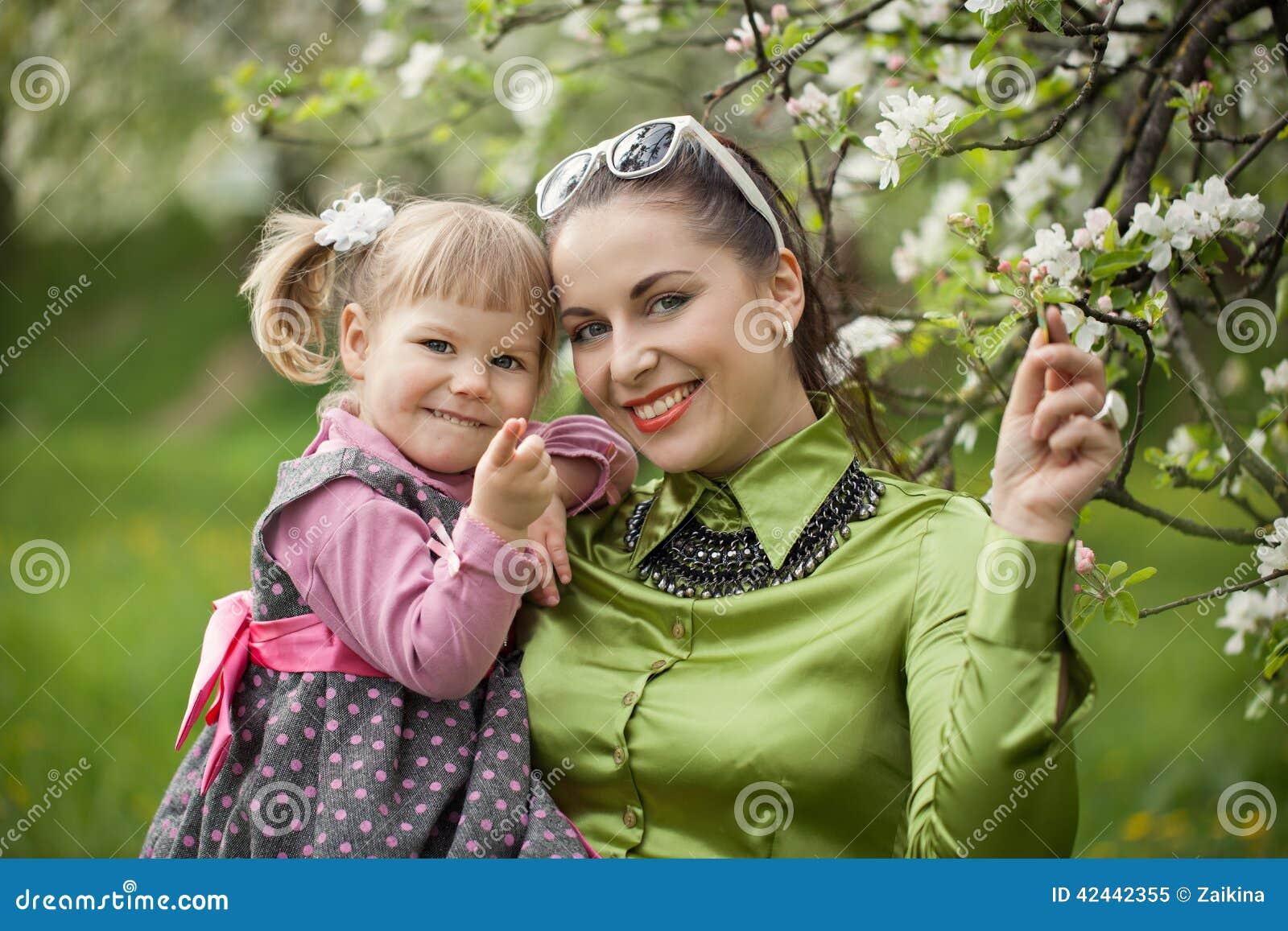Gelukkige familie op aard in openlucht moeder en babydochter op